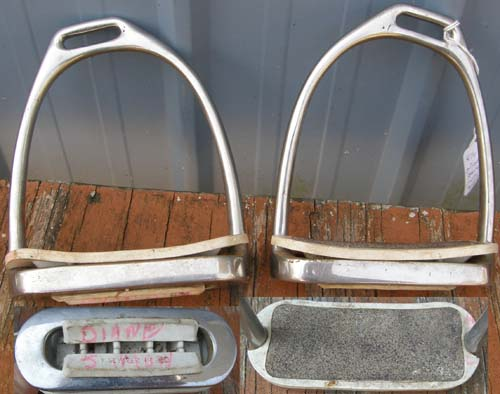 Offset Stirrups English Stirrups Irons with Sandpaper Tread Pads 4 1/4
